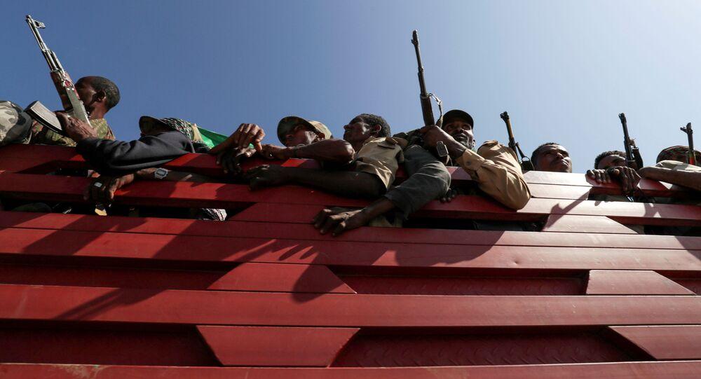Membros das milícias da região de Amhara se dirigem em caminhão para enfrentar a Frente Popular para a Libertação de Tigré, em Sanja, região de Amhara próxima a fronteira com Tigré, Etiópia, 9 de novembro de 2020