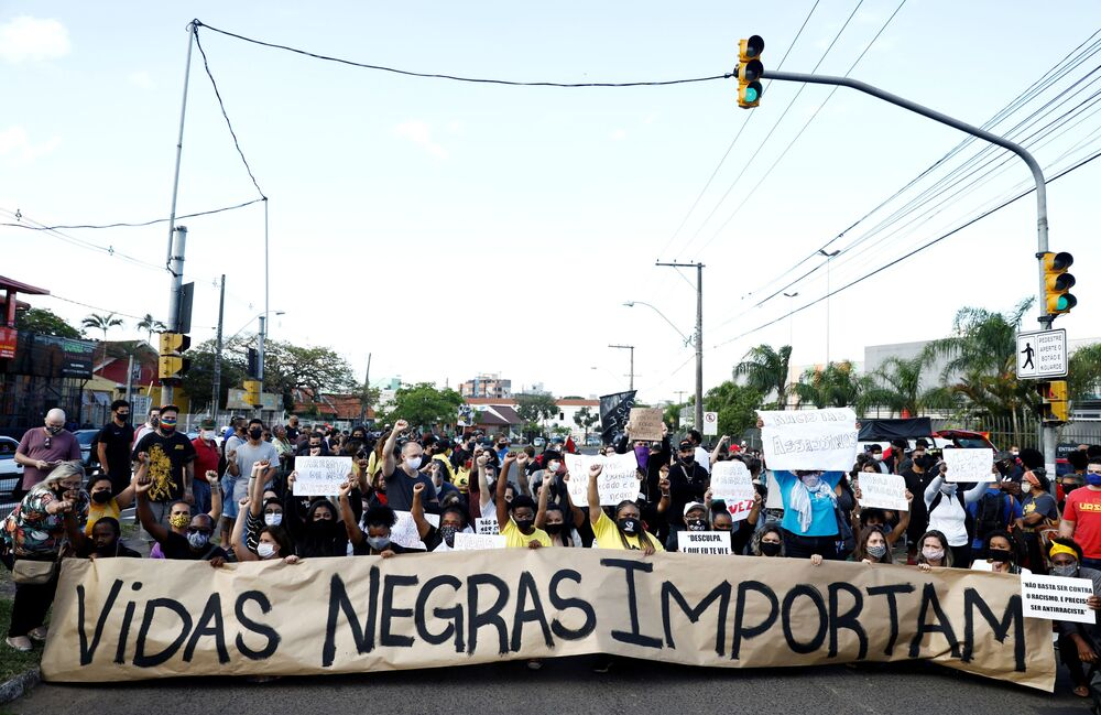 Moradores protestam contra o racismo, após João Alberto Silveira Freitas ser espancado até a morte por dois seguranças do Carrefour em Porto Alegre