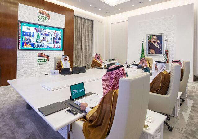 Líderes sauditas acompanham discurso do Rei Salman bin Abdulaziz Al Saud durante encontro de líderes do G20, realizado por videoconferência a partir de Riad, Arábia Saudita, 21 de novembro de 2020