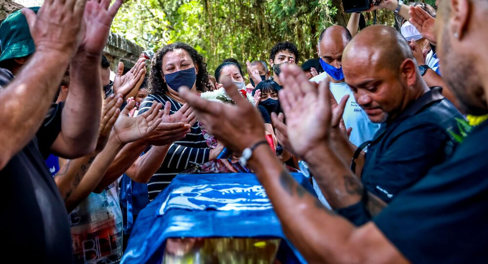 Em Porto Alegre, em 21 de novembro de 2020, parentes e amigos se despedem durante o velório de João Alberto Silveira Freitas, homem negro espancado até a morte por seguranças em um supermercado da rede Carrefour na capital gaúcha