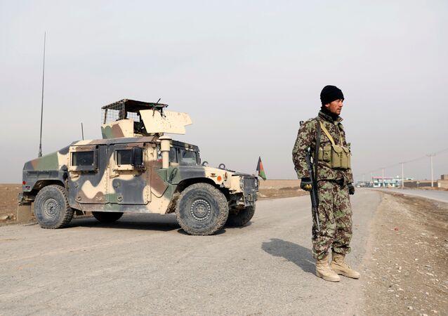 Militar do Exército Nacional Afegão de guarda em um posto de controle na periferia de Cabul, Afeganistão, 18 de novembro de 2020