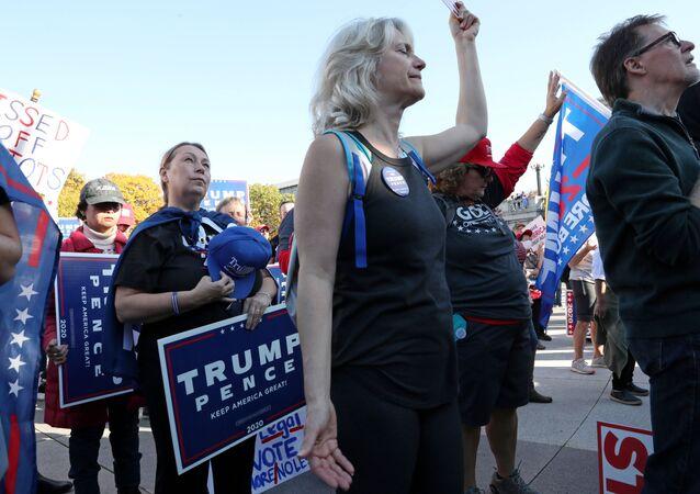 Pessoas em comício de apoio a Donald Trump, presidente dos EUA, em Harrisburg, Pensilvânia, EUA, 7 de novembro de 2020