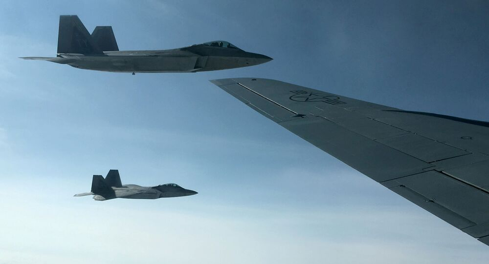 Dois caças F-22 da Força Aérea dos EUA sendo reabastecidos em pleno voo por uma aeronave KC-135 sobre a Noruega, em 15 de agosto de 2018