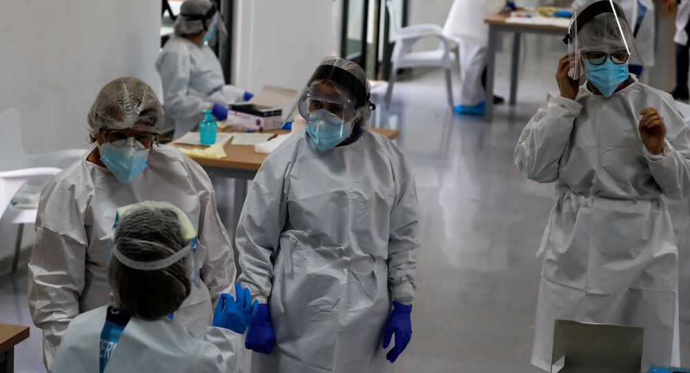 Profissionais de saúde em Ronda, na Espanha, durante testagem de moradores para coronavírus