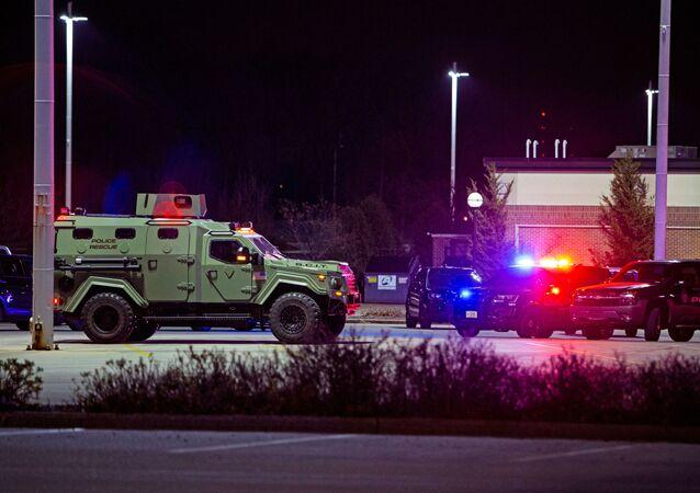 Equipes de emergência trabalham durante incidente envolvendo tiroteio em um shopping center em Wauwatosa (EUA)