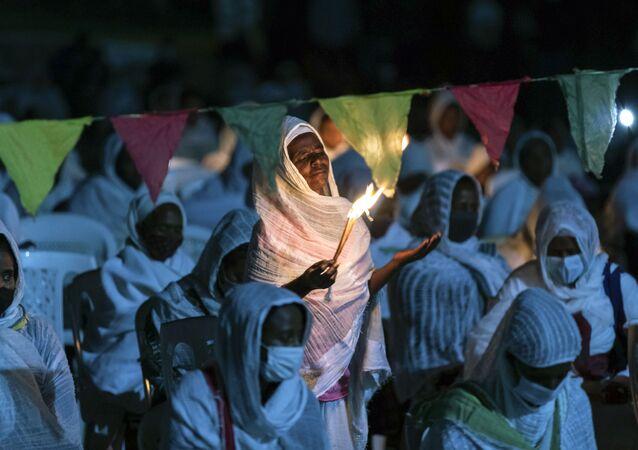 Cristãos ortodoxos etíopes rezam pela paz em meio a conflito no norte da Etiópia