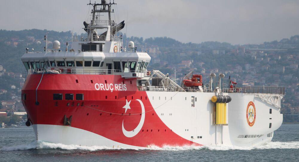 Navio de pesquisa sísmica turco Oruc Reis navega no Bósforo, em Istambul, Turquia, 3 de outubro de 2018
