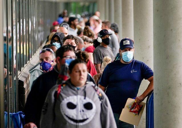 Centenas de pessoas na fila diante do Centro de Carreiras de Kentucky, na cidade de Frankfort, esperando entrega de benefícios a desempregados
