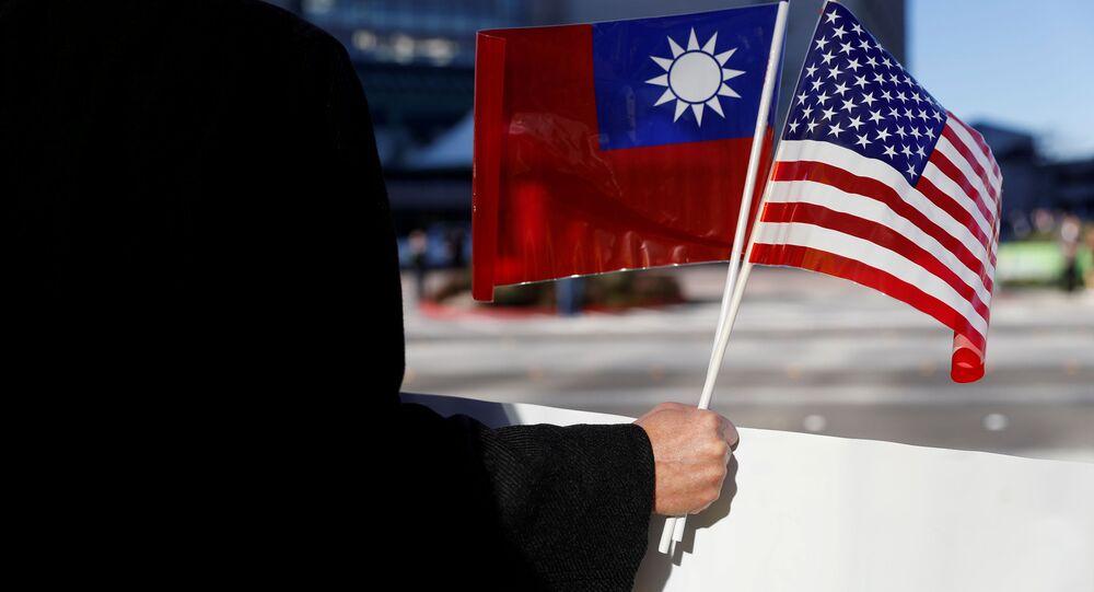 Manifestante segura bandeiras de Taiwan e dos Estados Unidos em apoio à presidente taiwanesa Tsai Ing-wen em Burlingame, Califórnia, EUA, 14 de janeiro de 2017