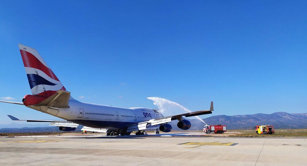 Bombeiros apagam incêndio de um Boeing 747 no aeroporto de Castellon, na Espanha