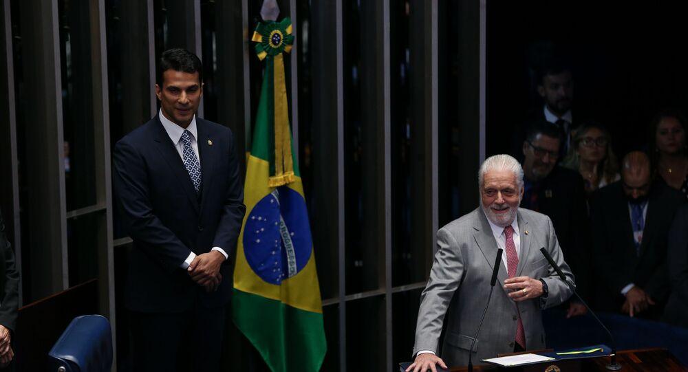 O senador Jaques Wagner (PT-BA) e o então deputado federal Irajá Abreu (PSD-TO) (e) durante solenidade de posse do Senado Federal.