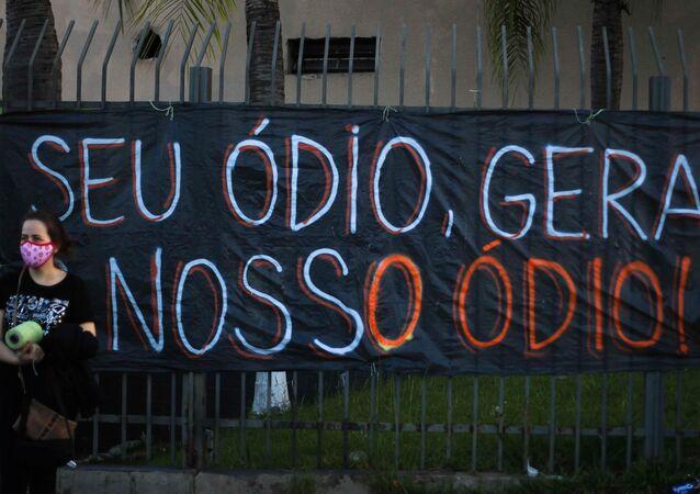 Manifestantes protestam contra a violência e o racismo em Porto Alegre, no Rio Grande do Sul, após o assassinato de João Alberto Freitas em um mercado da rede Carrefour