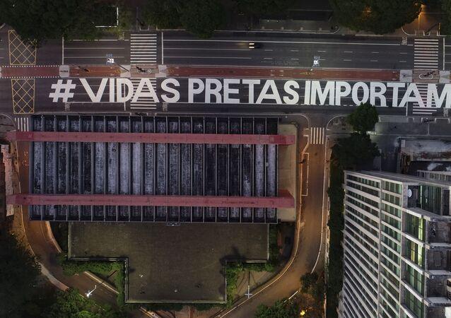 A frase Vidas pretas importam, vista de cima, cobre a Avenida Paulista perto do MASP (Museu de Arte de São Paulo), 23 de novembro, 2020. As palavras foram escritas pelos ativistas após a morte brutal de João Alberto Silveira Freitas.