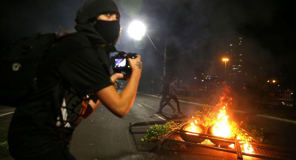 Manifestante tira fotos durante protesto contra o racismo, após João Alberto Silveira Freitas ter sido morto por seguranças brancos no supermercado Carrefour em Porto Alegre, 23 de novembro, 2020.