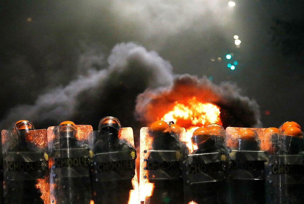 Tropa de choque da polícia atua em tumulto durante protesto contra o racismo, após João Alberto Silveira Freitas ter sido morto por seguranças brancos no supermercado Carrefour de Porto Alegre em 23 de novembro, 2020.