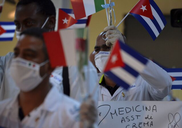 Médicos cubanos seguram bandeiras de Cuba e Itália no aeroporto de Havana
