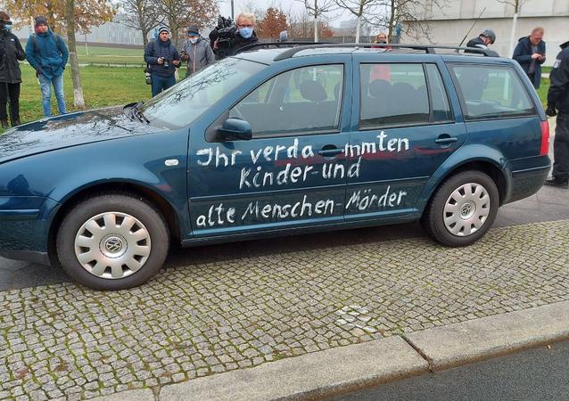 Carro com inscrição malditos assassinos de crianças e idosos se choca com portão da Chancelaria da Alemanha em Berlim em 25 de novembro de 2020