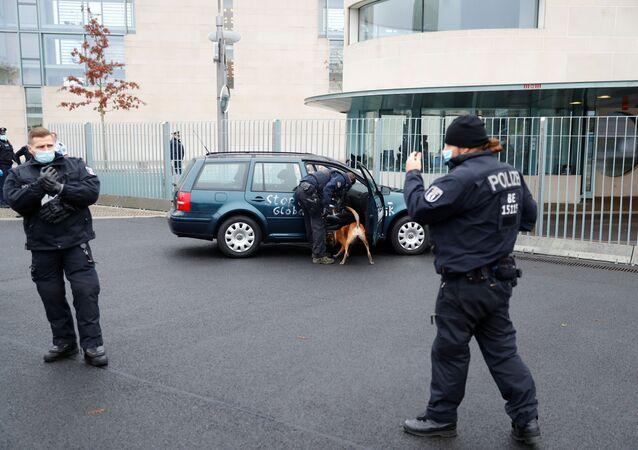 Carro colide em portão do prédio da Chancelaria da Alemanha, 25 de novembro de 2020