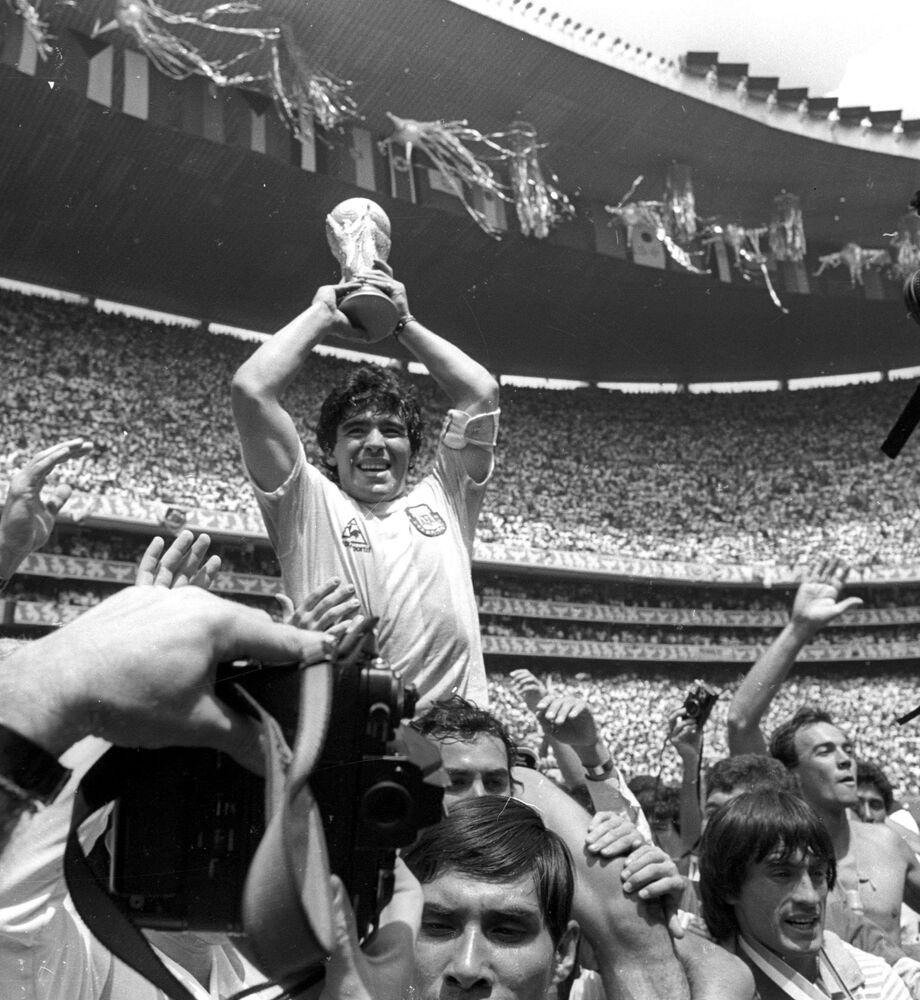 Diego Maradona é carregado após ganhar a Copa do Mundo de 1986, no México.