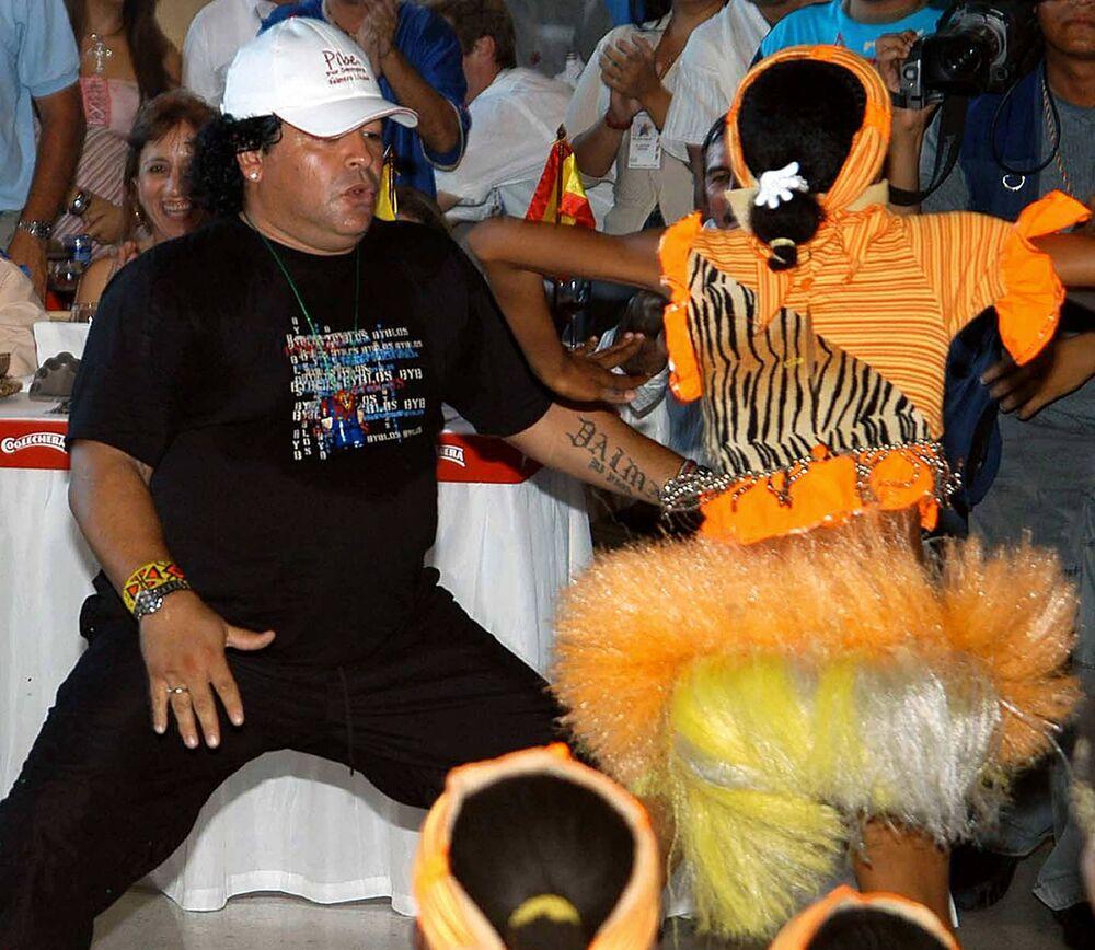 Diego Maradona dançando durante festa de despedida do ex-futebolista colombiano Carlos Valderrama, em 31 de janeiro de 2004