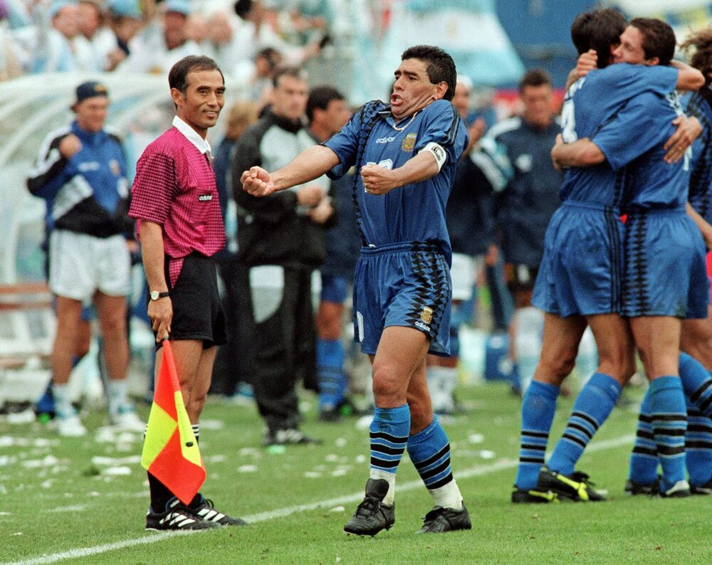 Maradona comemora após um dos quatro gols que garantiram a vitória, por 4 a 0, da seleção argentina contra a Grécia em partida válida pela primeira rodada do grupo D da Copa do Mundo de 1994, no Foxboro Stadium, em Foxborough, Massachusetts
