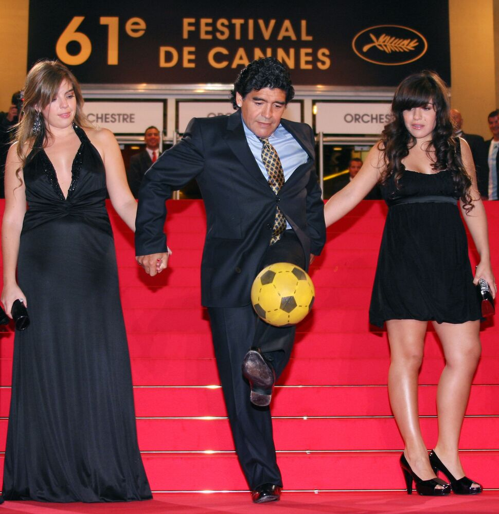 No 61º Festival de Cannes, na França, Diego Maradona bate bola ao lado das filhas Dalma e Giannina antes de assistir ao documentário Maradona by Kusturica, do cienasta sérvio Emir Kusturica