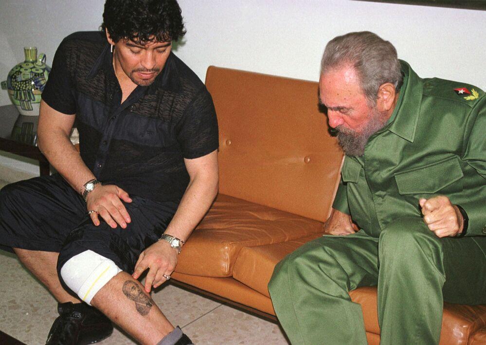 Em Havana, Diego Maradona mostra ao líder cubano Fidel Castro uma tatuagem feita em sua homenagem