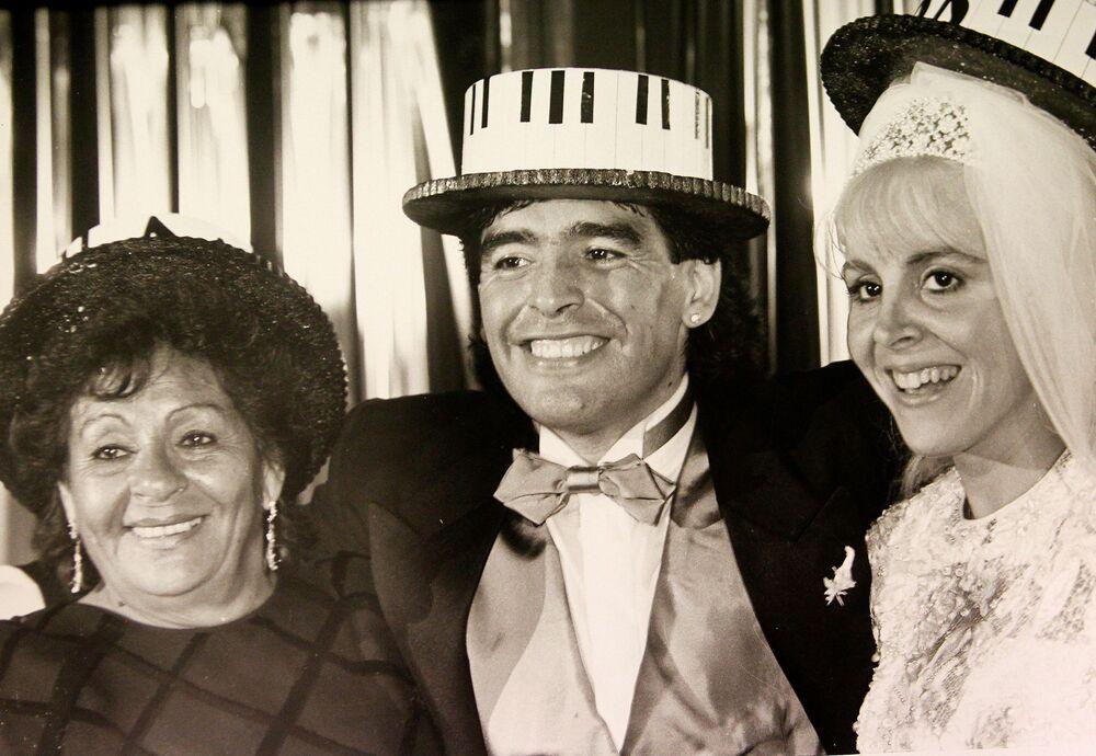 Diego Maradona posa para foto ao lado de sua mãe, Dalma, e de sua esposa, Claudia Villafañe, durante sua festa de casamento em Buenos Aires