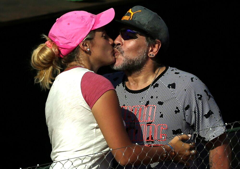 Diego Maradona com sua então namorada, Rocío Oliva, durante confronto entre Argentina e Itália pela Copa Davis, de tênis, no Parque Sarmiento
