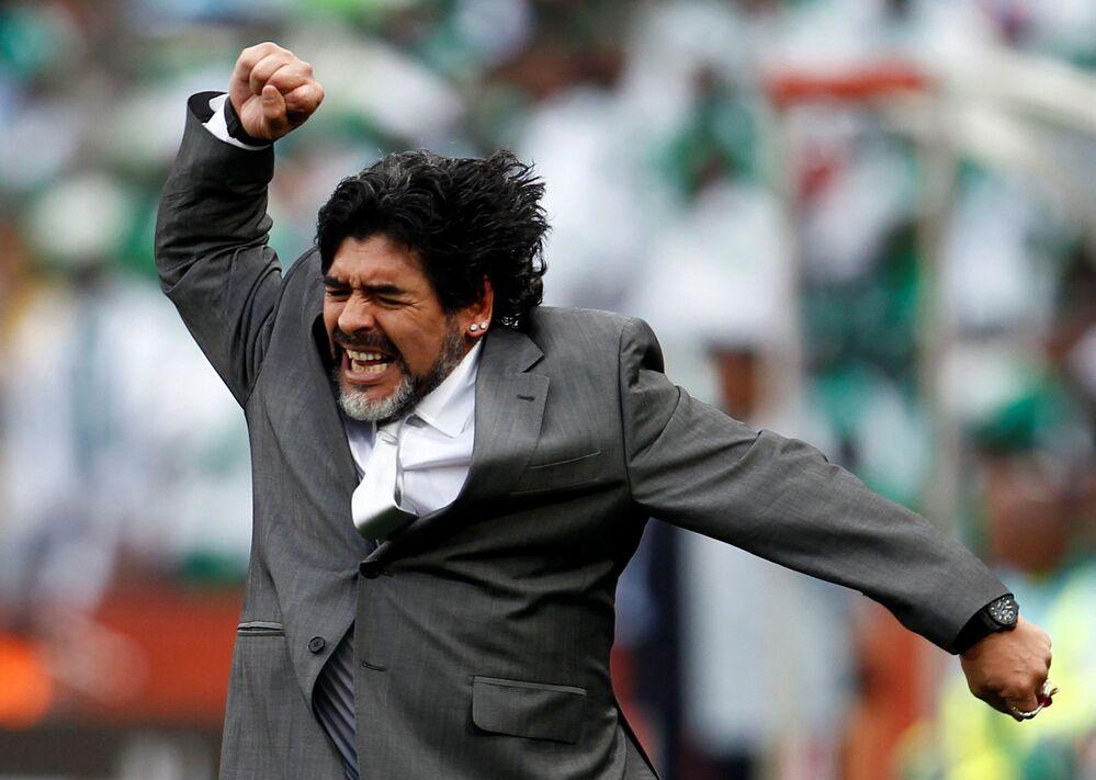 Na Copa do Mundo de 2010, Maradona, então treinador da Argentina, festeja após o gol da vitória, por 1 a 0, sobre a Nigéria, pelo grupo B do torneio, marcado pelo zagueiro Gabriel Heinze