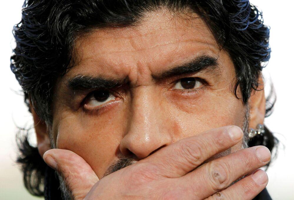 O treinador Diego Maradona conversa com a imprensa antes do jogo entre Argentina e Alemanha pelas quartas de final da Copa do Mundo de 2010, no estádio Green Point, na Cidade do Cabo