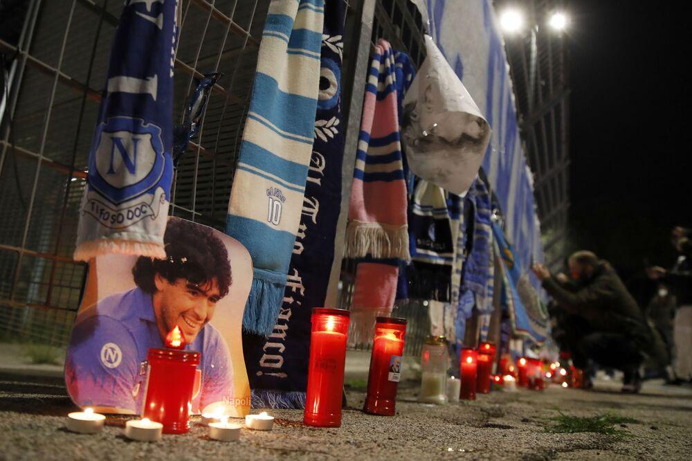 Velas junto ao Estádio San Paolo, na Itália, durante o luto por Diego Maradona.
