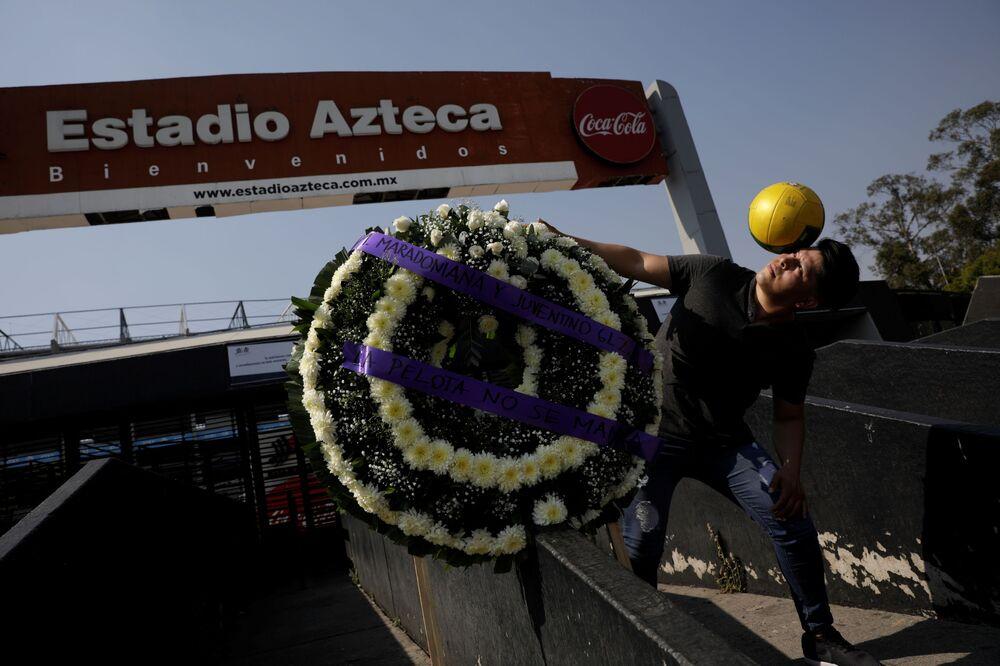 Fã ao lado de uma coroa de flores, no México, nos dias de luto por Diego Maradona no país.