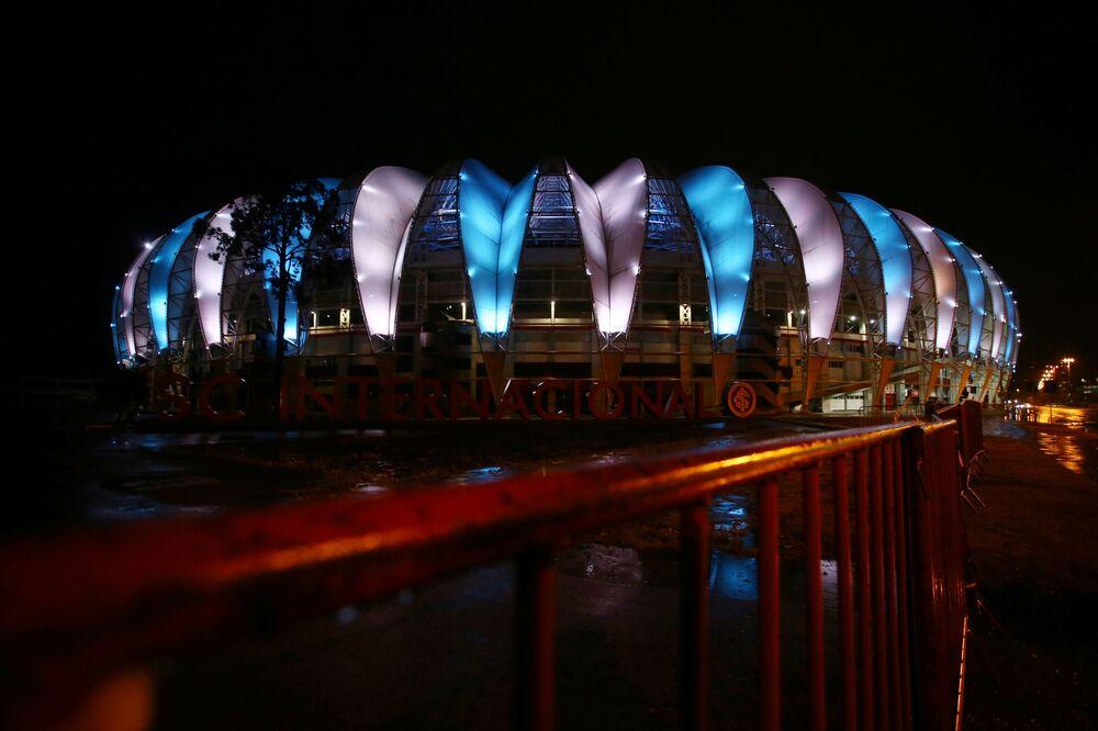 Estádio Beira-Rio exibe cores da bandeira argentina em homenagem a Diego Maradona no Brasil.