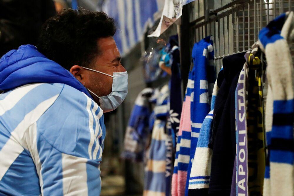 Homem na Itália lamenta a morte de Diego Maradona.