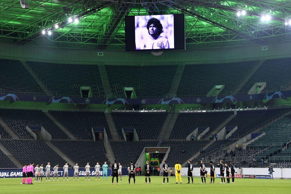 Minuto de silêncio pela morte de Diego Maradona durante jogo de futebol na Alemanha.