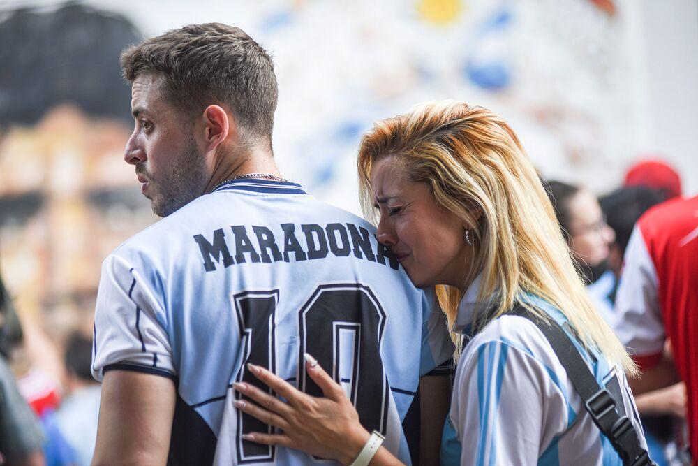 Fãs lamentam a morte de Diego Maradona na Argentina.