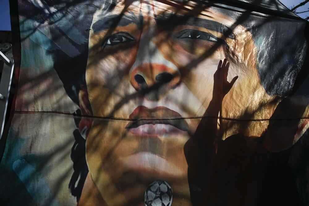 Retrato de Diego Maradona ao lado de hospital na Argentina.