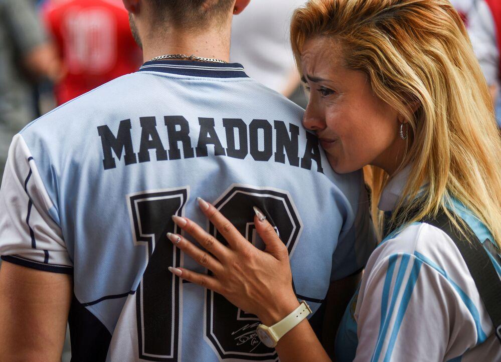Argentinos lamentam a morte de Diego Maradona, lenda do futebol mundial, em Buenos Aires, Argentina, 25 de novembro de 2020