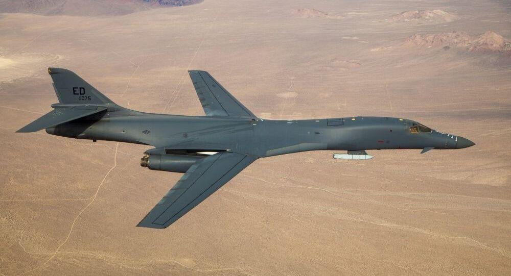Um bombardeiro B-1B Lancer com um míssil JASSM voou sobre a Base Aérea de Edwards, Califórnia