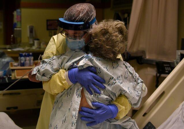 Profissionais de saúde se preparam para dar alta a paciente que estava em quarentena depois de possível exposição ao novo coronavírus em hospital de Lakin, Kansas, EUA, 19 de novembro de 2020