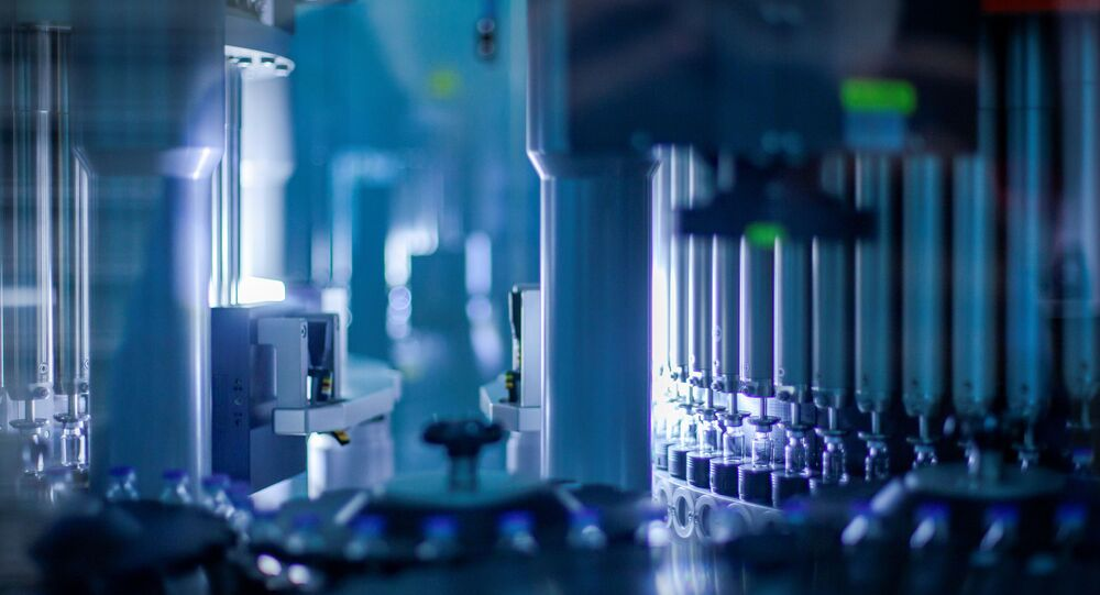 Frascos da vacina BNT162b2 são inspecionados em uma fábrica da Pfizer em Kalamazoo, Michigan.