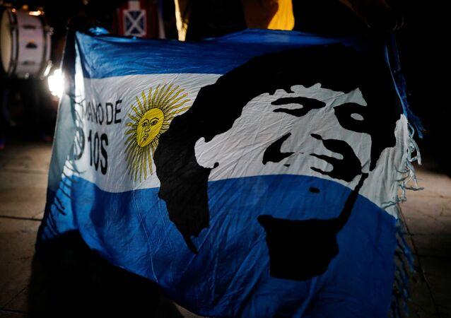 Bandeira da Argentina com o retrato de Diego Armando Maradona