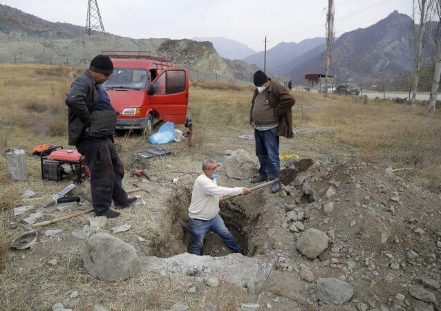 Habitantes da vila de Kalbajar desenterram caixão com parente morto para levarem seus restos mortais