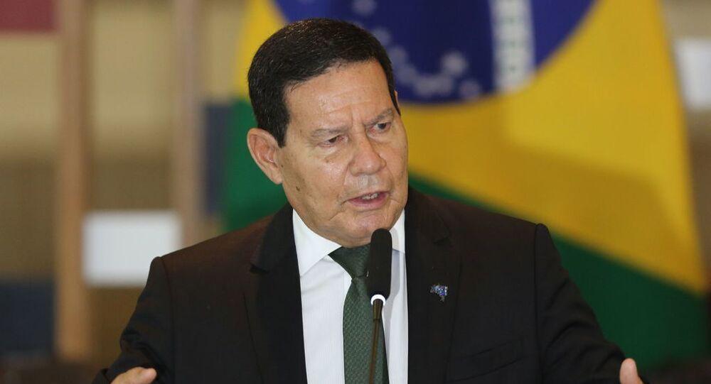 O vice-presidente da República e presidente do Conselho Nacional da Amazônia Legal, Hamilton Mourão, fala com a imprensa.