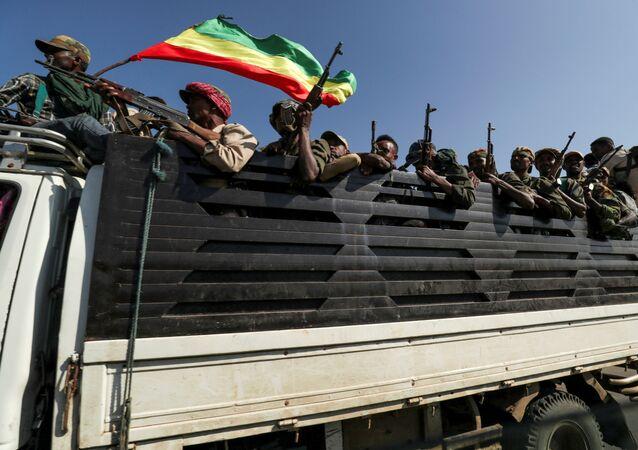 Membros da milícia de Amhara são transportados para o norte da Etiópia