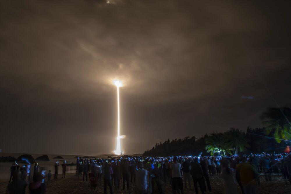 Lançamento do foguete espacial chinês March-5 em missão para a Lua levando a bordo o rover Chang'e-5