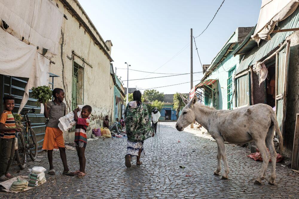 Crianças em rua próxima de mercado de Humera, cidade na fronteira com a Eritreia, em 22 de novembro de 2020
