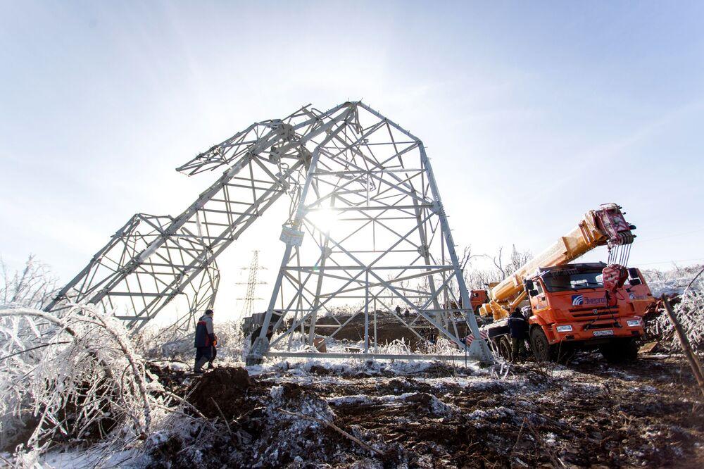 Desmontagem de uma estação de transmissão de energia elétrica em Vladivostok, no extremo leste da Rússia