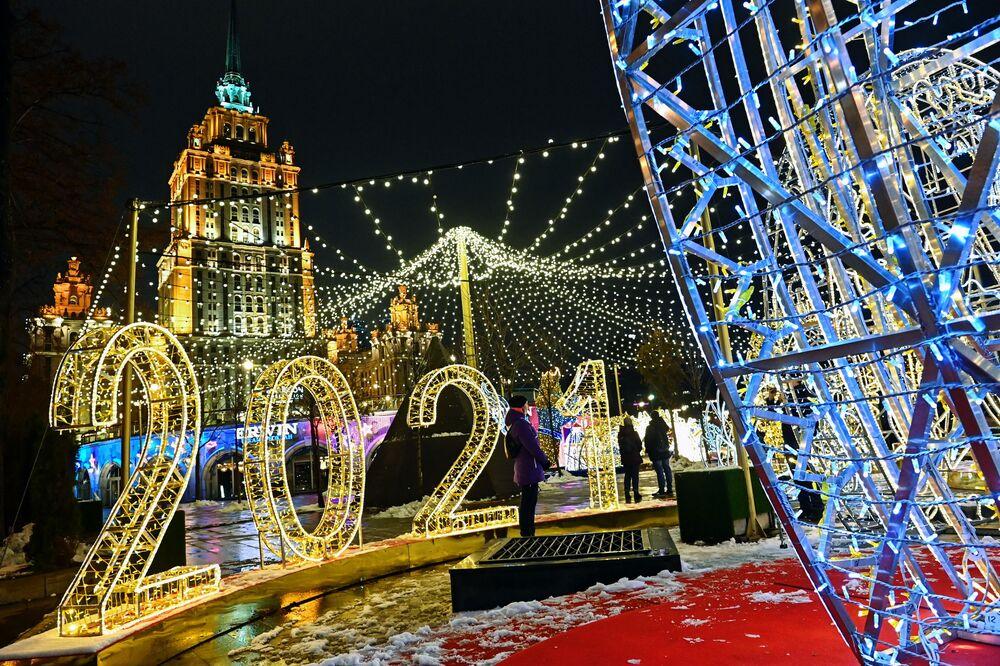 Instalações para as comemorações de Ano Novo diante do Hotel Ucrânia em Moscou